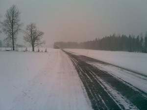 Kun lauhaa ilmaa virtaa lumipeitteen ylle, kasvaa sumupilven, udun ja jopa sumun osuus suureksi, niin ikään tihkusadetta voi olla sellaisenakin päivänä, jolloin ei varsinaista isompaa sadealuetta ole päällä. Kuva: