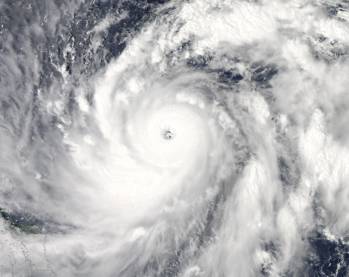 Supertaifuuni Sanba riehui Tyynellä valtamerellä syyskuun puolessa välissä vuonna 2012. Kuvassa näkyy hyvin kehittyneille trooppisille hirmumyrskyille tyypillinen silmä, jossa tuuli on heikkoa ja sää selkeää.