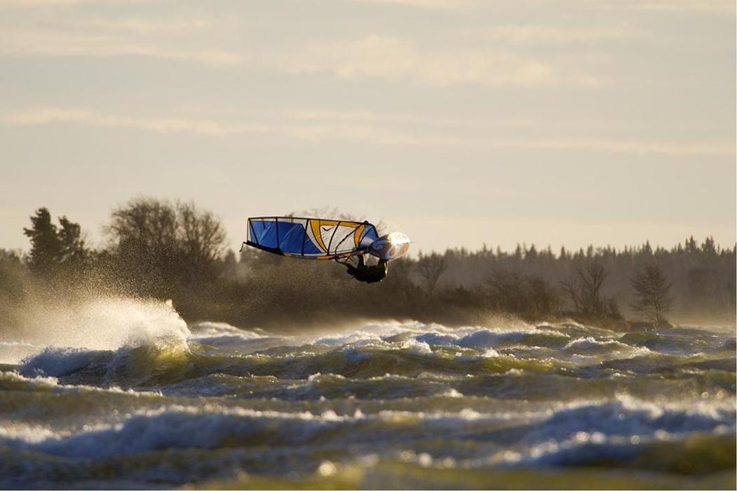 Marraskuinen pikku myrsky Yyterinlahdella Porissa 2007: Ylipainoinen meteorologikin pysyy hetken ilmassa. Kuva: Tarmo Laine   tlkite.fi