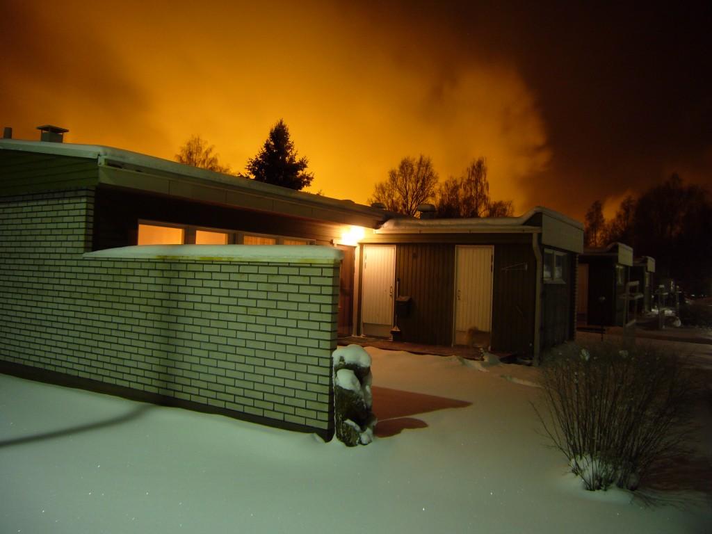 Harjavallassa oli yöllä erittäin valoisaa puhtaan valkean lumipeitteen vuoksi joulukuussa 2009.