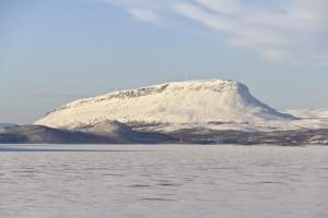 Saanahan se siinä, parin vuoden takaisena. Lappi ja Kainuu ovat vielä hohtavahankisessa talviurheilukunnossa ihan luonnonlumen suhteen. Kuva: Ximonic / Wikimedia Commons.