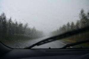Kuva 8: Rankkasade hidasti ajamista. Ukkospuuskat jatkuivat ja vesisade vaihtui pian raesateeseen, joka pakotti pysäyttämään auton tien laitaan.