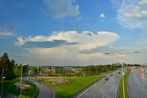 Kuva 3: Cumulonimbus alasimineen on tuttu näky kesäisen kylmän rintaman ylityksen yhteydessä. Pilvet ovat mahtipontisen ja pahaenteisen näköisiä (kuva: Markus Mäntykannas; Helsinki, Ilmala)