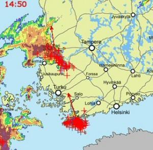 Kuva 2: Iltapäivällä Baltiasta levisi toinen ukkoskuuroalue, joka yhtyi myöhemmin iltapäivällä pohjoisempaan ukkoskuuromöykkyyn.