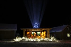 """""""Näin joulun alla valaisemme kylämme kokoontumispaikan eli Salmitalon tienoon jouluiseen asuun. Kuvassa oleva seimi on kahden vuoden takaa. Joka vuosi laitamme seimen aina uudella tavalla, joten vaihtelu virkistää."""" Kuva: Timo Ripatti / Soinilansalmen Kyläyhdistys."""