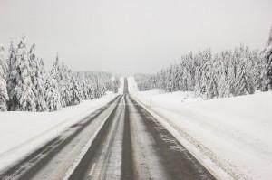 Kaikki tiet eivät ole yhtä talvikunnossapidettyjä, eikä ajokeliäkään niillä voi siksi automaattisesti yleistää. Mutta tämä tie on ainakin suora kuin symboli. Kuva: Wikimedia Commons.