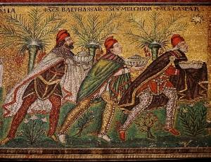 Tässä eivät juokse nuuttipukit, vaan kolme viisasta miestä: Balthasar, Melchior ja Gaspar - itämaan tietäjät. Mosaiikki on 500-luvulta! Kuva: Wikimedia Commons.