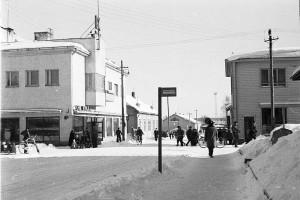 Jyväskylä kevättalvella 1957. Valoa on jo, ja ihmisistä huokuu kevättalven ilo. Kuva: Wikimedia Commons.
