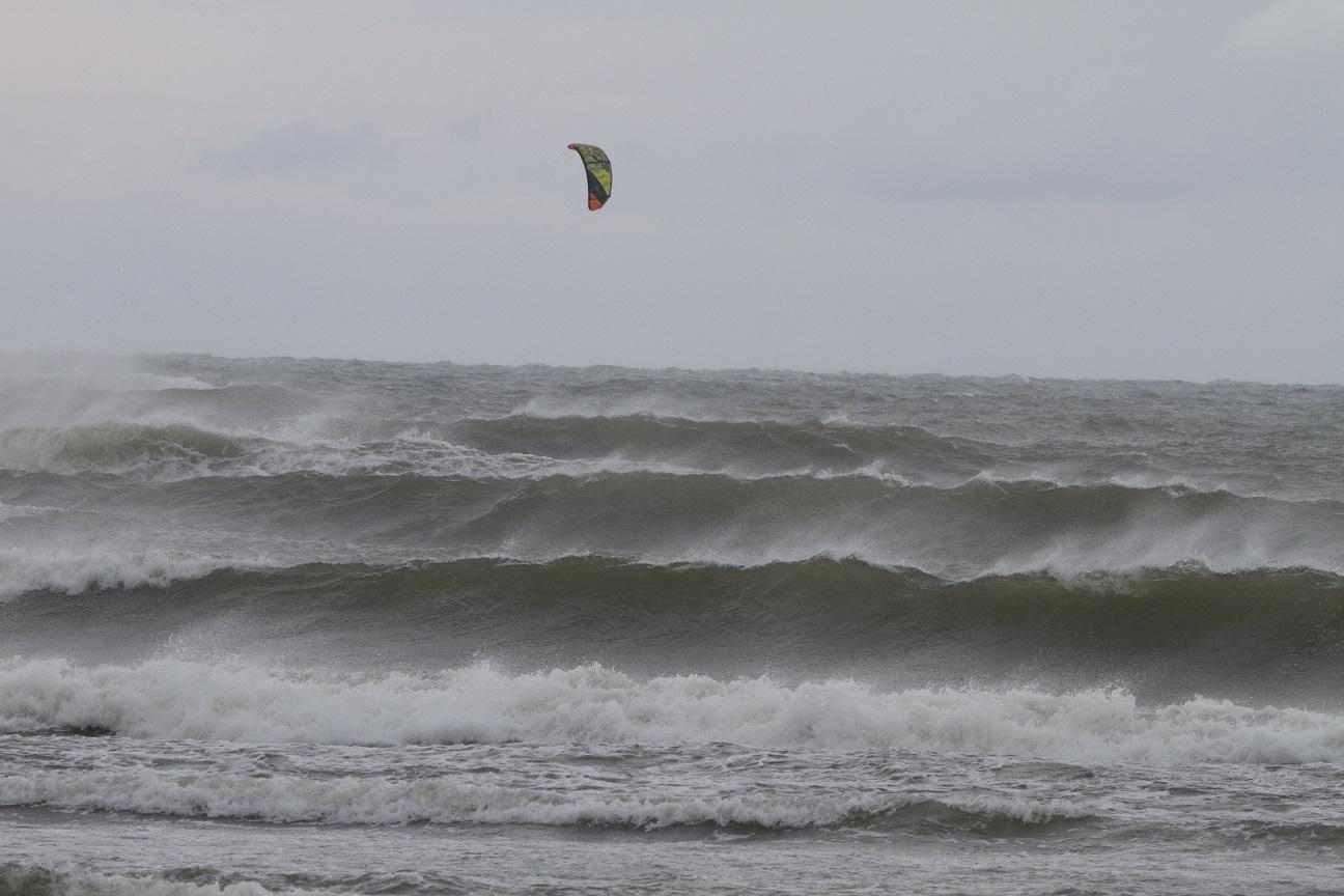 Itämeren aaltoja Hiidenmaan rannikolla Virossa 2014. Tuulta on vain 15 m/s, mutta aalto on kerännyt kokoa aina Tanskasta asti. Surffareita on vesissä erilaisilla laudoilla, mutta ne eivät näy suurten aaltojen takaa. Ainoa merkki surffareista on korkealla lentävä leija. Surffareiden pettymykseksi Suomen rannikolle asti tällaiset aallot eivät pääse, sillä saaristomme suojaa meitä tehokkaasti kunnon aalloilta ;)