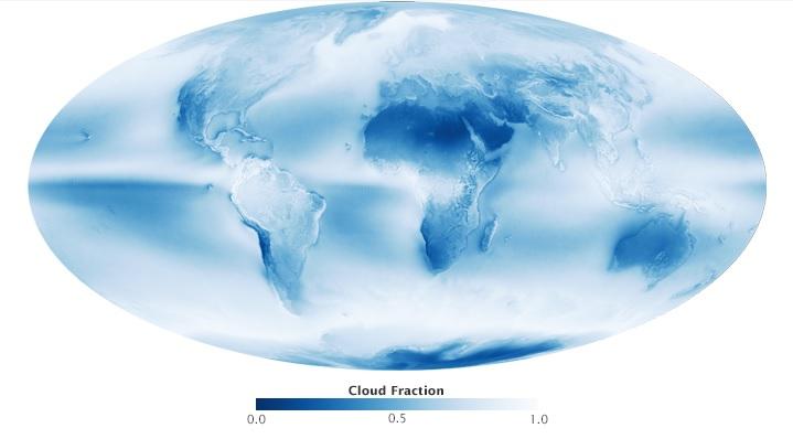Maapallon keskimääräinen  piövisyys aikavälillä heinäkuu 2002 - huhtukuu 2015. Mitä vaaleampi on väritys, sen pilvisempää alueella on keskimäärin ja sinisempi on alueen väri, sitä selkeämpää alueella on keskimäärin.
