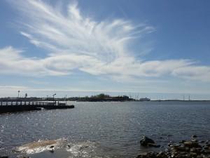 Kuva 2: Lämpimän rintaman etupuolella ensin lisääntyy yläpilvisyys, jonka läpi aurinko vielä pääsee kuultamaan. Perästä tulee paksumpaa pilvisyyttä ja vähitellen myös sateita (kuva: Markus Mäntykannas; Helsinki, Eira).