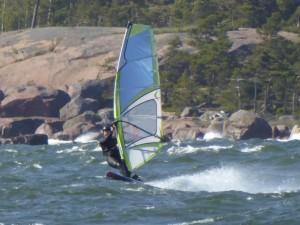 Pikku surffikelejä (tuuli yli 10 m/s) on tänä kesänä Suomen rannikolla löytynyt keskimäärin muutamana päivänä viikossa ja yli viikon tyvenet jaksot ovat olleet harvassa. Usein kesällä osuu 1-3 kuukaudenyhtenäinen kevyttuulinen jakso (kuva P.Takala)