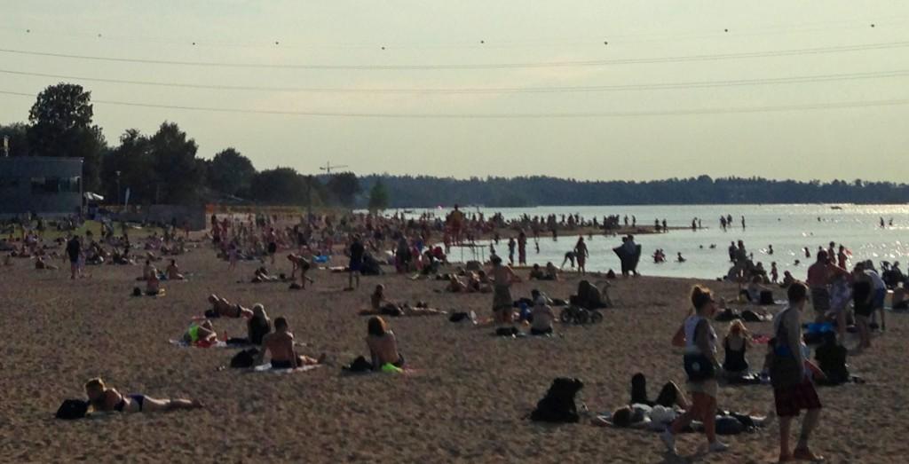 Hietaniemen uimaranta Helsingissä. Lämpötila +21, vaikka Helsinki-Vantaalla hätyyteltiin hellerajaa. (Kuva: Joanna Rinne)