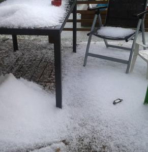 Kuva 2: Tyypillisiä, pieniä jäärakeita ukkoskuuron yhteydessä Torniolla elokuun 2015 alussa (kuva: Anne Siivola, Instagram: @annesiivola)