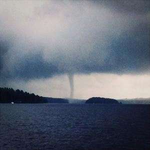 Kuva 3: Vesipatsas kehittyy veden ylle, yleensä lähelle maa-aluetta tai sinne, missä ilman ja veden tai mantereen ja veden välinen lämpötilaero on vähintään muutamia asteita. Kiitos kuvasta Olivia Koskimäki, instagram: @oliviabibby)