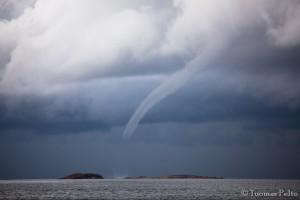 Kuva 4: Komea vesipatsas saaristossa. Voimakkuudeltaan vesipatsaat vastaavat tyypillisesti F0-F1 -luokan tornadoja. Kiitos kuvasta, Tuomas Pelto, instagram: @tpelto, web-sivu: tuomaspelto.galleria.fi)