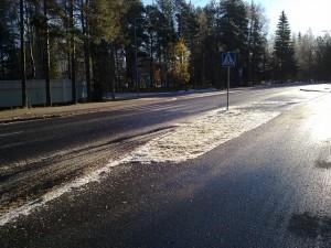 Jäätyneillä tienpinnoilla kannattaa ajaa maltillisesti (Kuva: Anna B, Flickr)