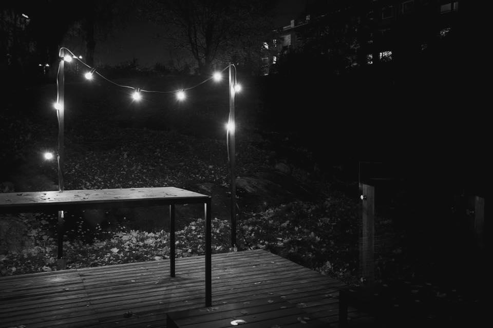 Marraskuinen terassi näyttää paljon kivemmalta valoköynnöksen kanssa.