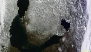 Kuva 3: NASA:n satelliittikuva paljastaa maan etelä- ja lounaisosan lumettomat alueet maaliskuun alussa. Merijäätä esiintyi lähinnä Perämeren pohjukassa ja Suomenlahden itäosassa (kuva: NASA)