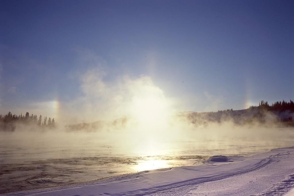 Pakkasella veden höyrystyessä sulan veden ylle voi muodostua sumua. Kuvan tapaus Yukon-joelta. (Kuva: Anthony DeLorenzo, Flickr)