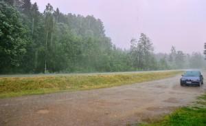 Kuva 2: Heinäkuu on rankkojen sade- ja ukkoskuurojen aikaa sisämaassa. Valtaosa keskikesän sateesta on kuurottaista eli konvektiivista sadetta. (Kuva: Markus M / Luopioinen)