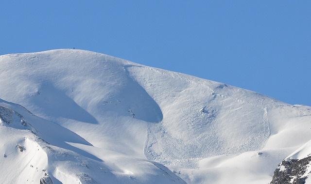 Lumivyöryn syntyyn vaaditaan aina riittävän jyrkkä rinne ja erilaisia lumikerrostumia. (kuva Flickr/ Bennoit Dandonneau