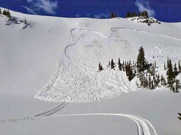 Hiihtäjälle kohtalokkaan laattalumivyöryn laukaisee usein itse vyöryyn joutunut laskettelija tai saman ryhmän joku muu hiihtäjä. Tässä kuvassa vyöryn on laukaissut moottorikelkka. (Kuva Flickr/U.S. Department of Agriculture)