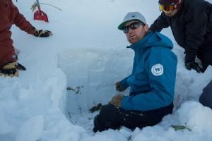 Lumen mahdollisia kohtalokkaita kerrostumia voi yrittää selvittää tekemällä lapiolla poikkileikkauksen lumen mahdollisista eri kerroksista. On kuitenkin hyvä muistaa, että kerrostumissa on eroja rinteen eri puolilla. Erityisesti tuulen aiheuttamia oikkuja lumirakenteessa voi joskus olla vaikea ottaa huomioon. (Kuva Flickr/Ropert Thomson)