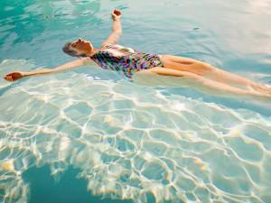 Painostavaa ilmaa voi karata vaikkapa uima-altaaseen (Kuva: emilykneeter/Flickr)